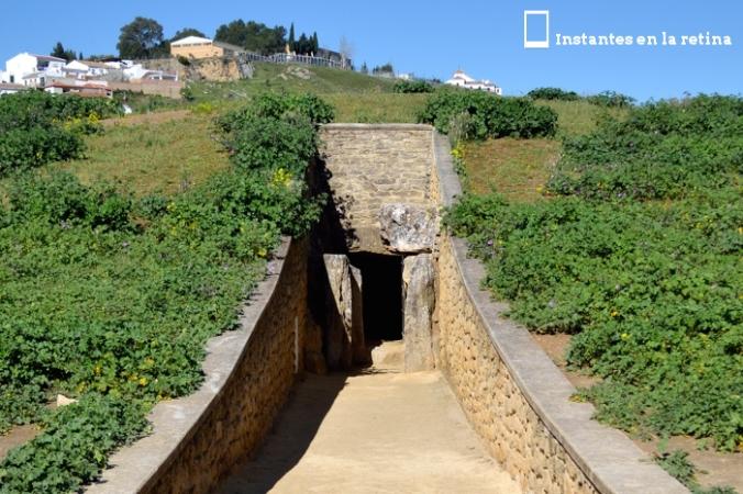 Entrada al dolmen de Viera