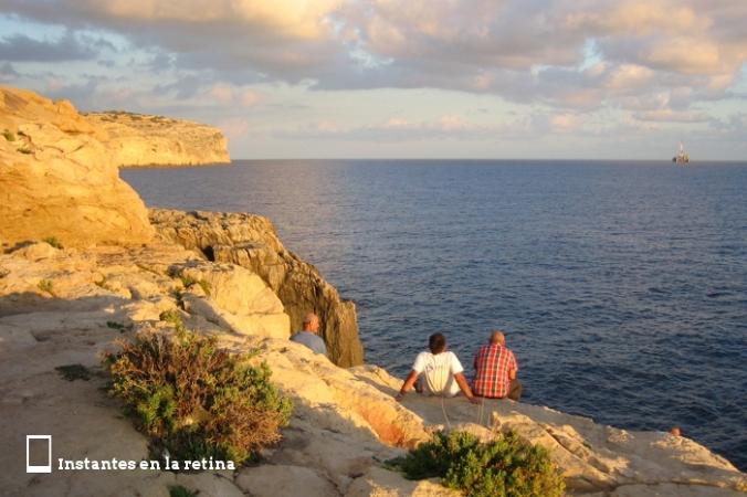Y a unos lugareños disfrutando del paisaje.