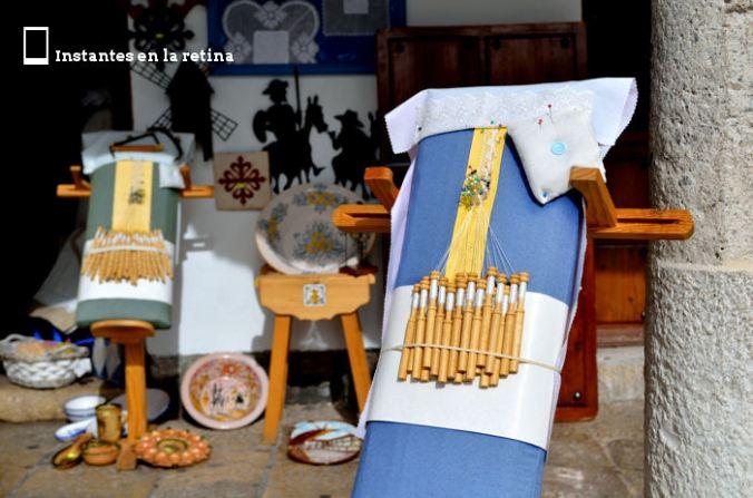 Materiales de encajes de bolillos expuestos en una tienda de la Plaza Mayor.