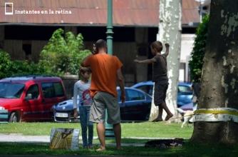 Jugando a la cuerda floja en el parque